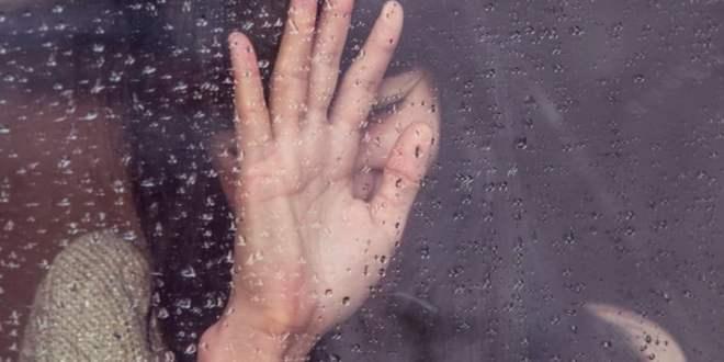 """Depresja to choroba cywilizacyjna, która przybiera różne formy. Sprzedaż leków antydepresyjnych jest wysoka, jednak wiele osób nie zdaje sobie sprawy z ich skutków ubocznych. W przypadku depresji stosować można także olejki z konopi, które zawierają bezpieczny kannabidiol (CBD). Depresja może męczyć nas przez pół roku, bądź przez całe życie, albo też przybrać postać sezonowych zaburzeń afektywnych (SAD). Światowa Organizacja Zdrowia szacuje, że na świecie na tą chorobę, cierpi aż 350 milionów ludzi, w każdym wieku. Dla zobrazowania skali problemu: to 10-krotność populacji naszego kraju! Postacie depresji. Depresja może przybierać postać: Lżejszą Przeważającymi objawami są te, które dotyczą obniżenia nastroju, m.in. stan ciągłego smutku, niska samoocena, poczucie beznadziejności i winy, zaburzenia apetytu i snu, zmęczenie, trudności z koncentracją i podejmowaniem decyzji. Cięższą Depresja maniakalna to przeciwieństwo """"tradycyjnej"""" depresji, gdyż objawia się stanami, które przypominają te po zażyciu narkotyków, jak np. euforia, ustąpienie lęku, poczucie siły, beztroska czy skłonność do żartów. Choroba afektywna dwubiegunowa nazywana jest chorobą depresyjno-maniakalną, gdyż w jej przebiegu, stany depresyjne pojawiają się na zmianę ze stanami silnego pobudzenia. Kiedy epizody manii ustępują, następuje bolesna konfrontacja z trudną rzeczywistością. Wysoka sprzedaż leków antydepresyjnych Konsekwencją dużej liczby chorych na depresję, jest ogromny przemysł leków antydepresyjnych, które przynoszą krociowe zyski. Najczęściej stosowaną grupą leków są selektywne inhibitory wychwytu zwrotnego serotoniny tzw. SSRI. W 2015 r. polscy lekarze wypisali recepty na 7 mln pudełek leków z tej kategorii. Przekłada się to oczywiście na korzyści firm farmaceutycznych, które w 2015 sprzedały leki na depresję, za równowartość 300 milionów złotych. Jak działają leki antydepresyjne? Działanie farmaceutyków SSRI polega na ukierunkowaniu receptorów serotoniny, takich jak receptory 5-HT1A. Dzięki"""