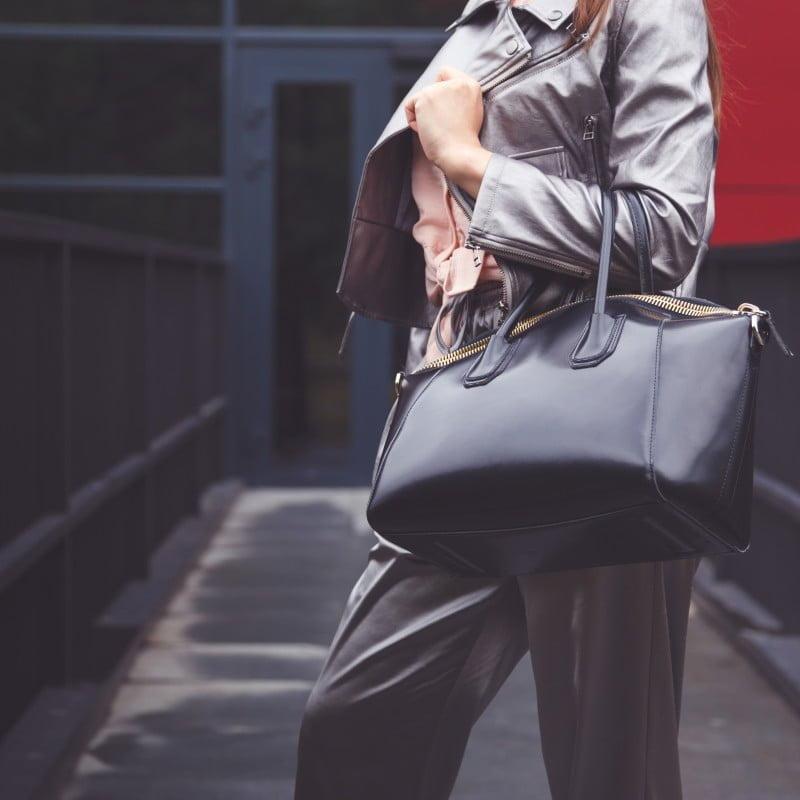 Szerokie spodnie – z czym nosić, aby wyglądać modnie i stylowo?