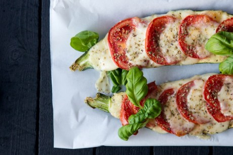 Zucchini überbacken mit Mozzarella, Tomaten und Basilikum