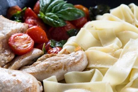 Hühnchen mit Nudeln, Tomaten und Basilikum