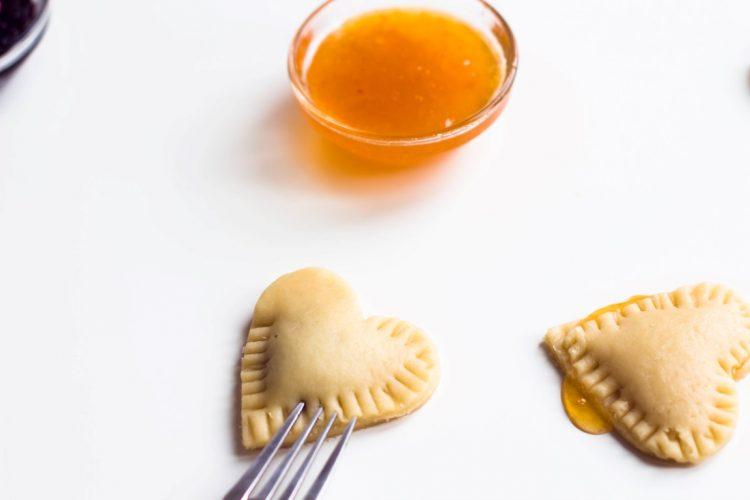 Kekse-Herzen-gefüllt-mit-Marmelade-Valentinstag-Rezept-11