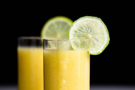 Mango Cocktail mit Limettensaft und Kokosmilch