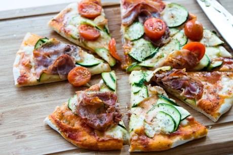 Pizza mit Schinken Zucchini und Cocktailtomaten