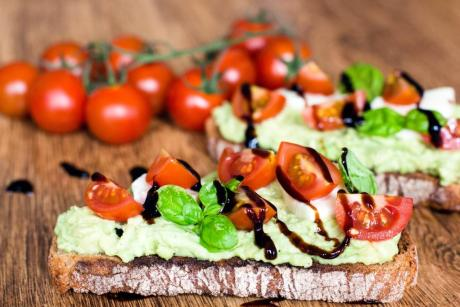 Caprese Avocado Brot (getoastet)