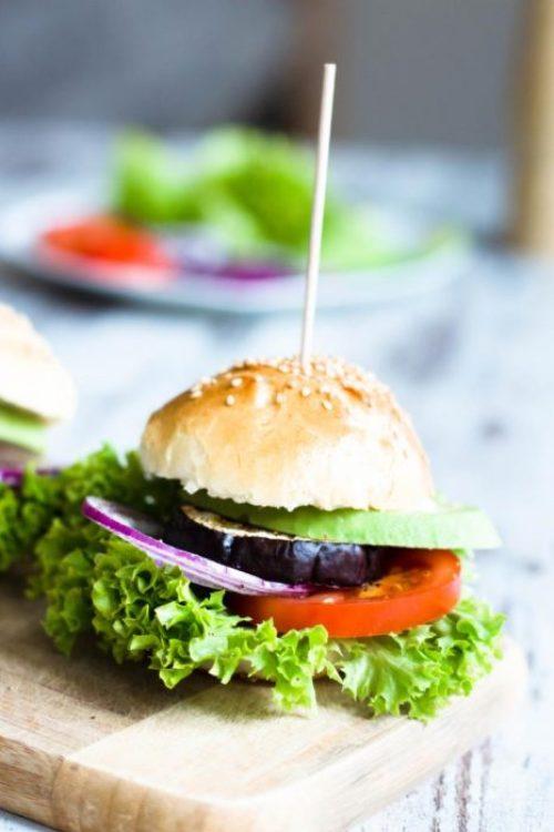Veggieburger-Hamburger-vegetarisch-mit-Avocado-Tomaten-Rezept-03