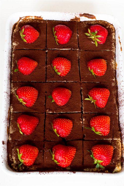 Schneller-Tiramisu-Käsekuchen-mit-Erdbeeren-Rezept-05