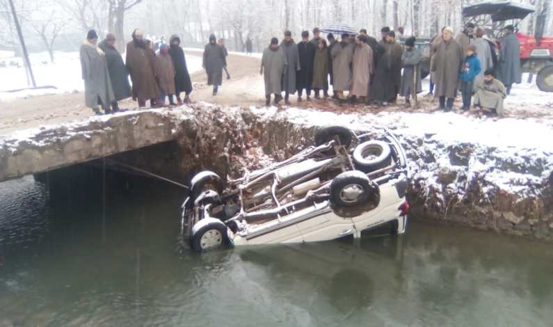 Vehicle skids off road in Bandipora village, passengers rescued