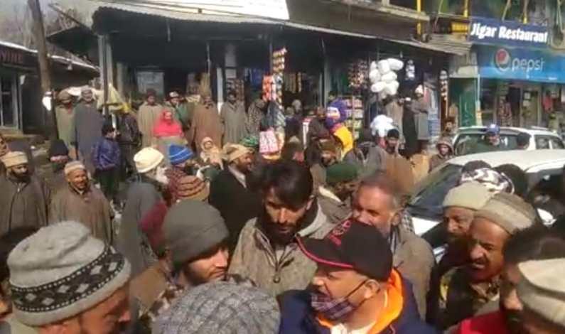 Anderwan resident stages against overcharging of passenger fare
