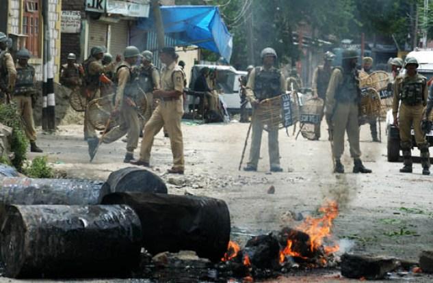 CRPF personnel clashing with protesters at Rainawari Srinagar - Photo by: Bilal Bahadur
