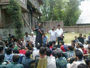 JKLF Chief, M Yasin Malik talking to both the sides to pacify the anger.