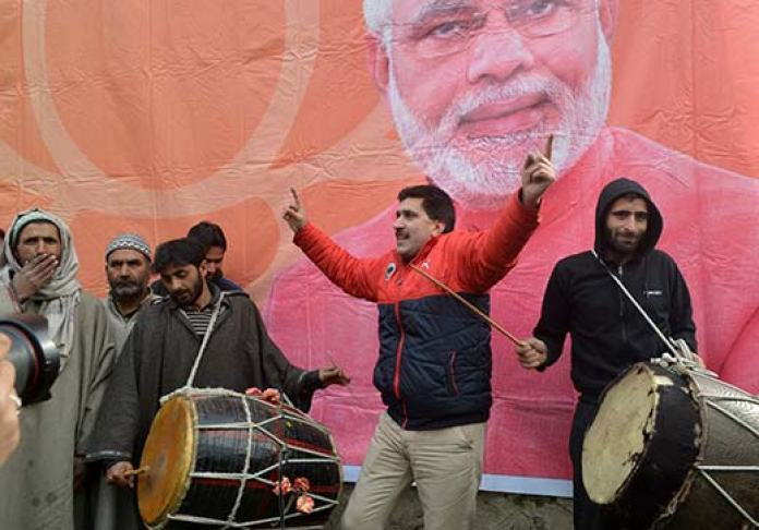 Altaf Thakur (centre) celebrating BJP's victory in 2014 Assembly polls.