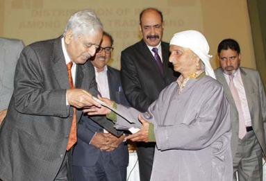 Mufti-presenting-cheques