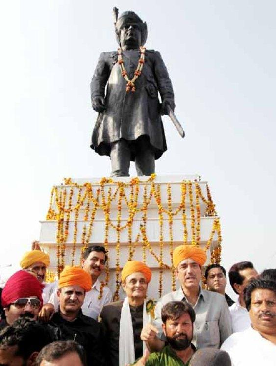 Ghulam Nabi Azad along with MP Dr Karan Singh unveiling Maharaja Hari Singh's statue at Jammu.