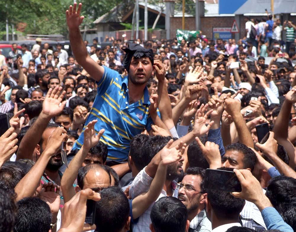 ReT teachers protesting against the proposed Screening Test in Srinagar Wednesday. (Photo: Bilal Bahadur/KL)