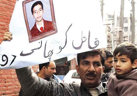 Wamiq-Farooqs-Father-protesting-at-Press-Enclave-Srinagar