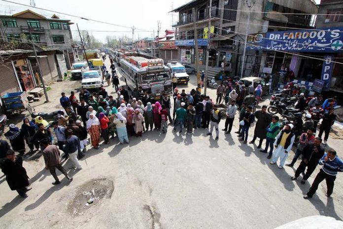 Poeple of Batamaloo on Tuesday blocked the vital Tengpora-Batamaloo road thuis resulting in huge traffic jam. KL Image: Bilal Bahadur