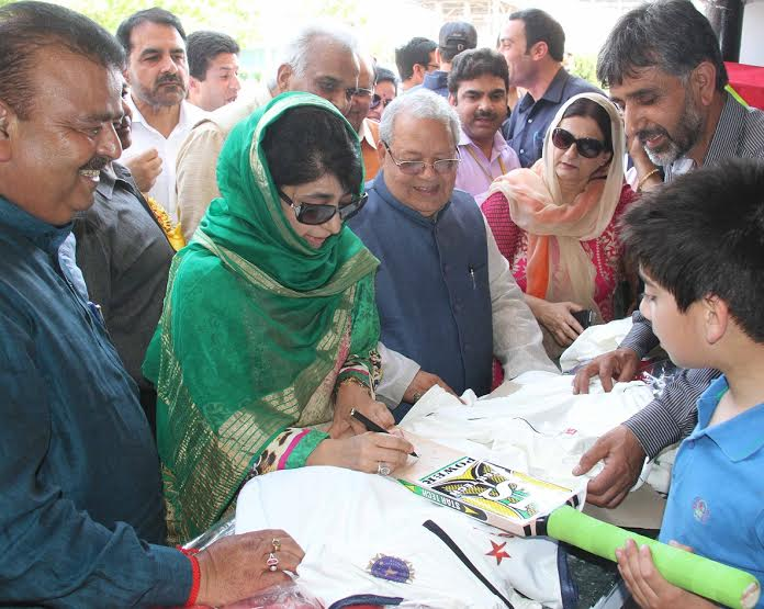 CM Mehbooba Mufti with Union MSME Minister at Kashmir Haat on May 07, 2016