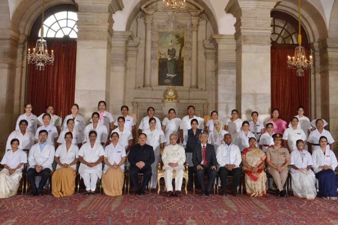 The group photo of Nurses from across India which was uploaded on official Facebook page of President of India. (KL Image: Downlaoded on May 12, 2016 @ 04: 17 PM)