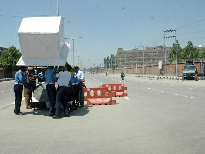 A battalion of police is need of the hour to manage the traffic in summer capital. (KL file Image: Bilal Bahadur)