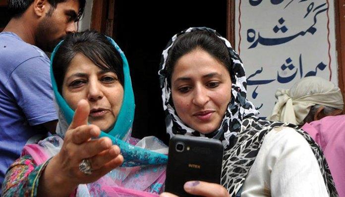 Mehbooba-Mufti-in-Islamabad-selfie
