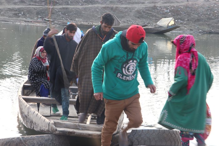 Passengers deboarding Jana Begum's boat. KL Image by Samreena Nazir