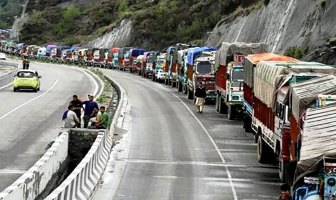 A long line of stranded traffic on the Jammu Srinagar national highway as the authorities restrict traffic for 5-hours daily. Pic-Social Media