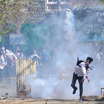 Amid e-curfew in Kashmir, protests continue