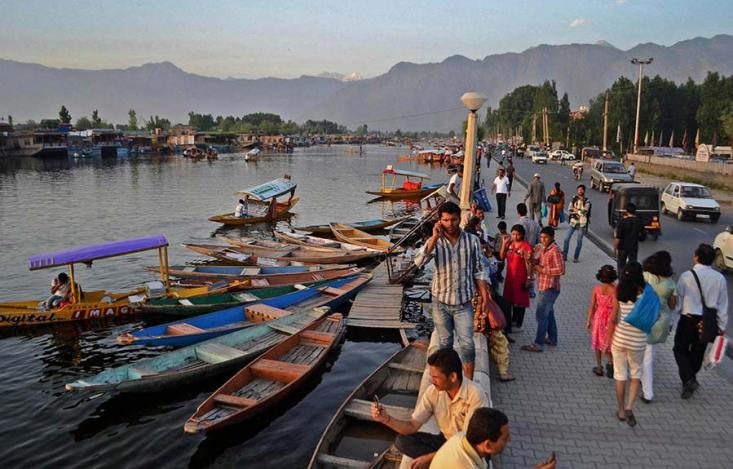 A scene of busy Dal Boulevard in Srinagar- File photo