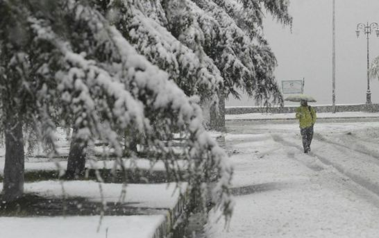 Untimely Snowfall Cuts Off Kashmir