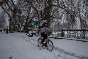 Heavy Snowfall Blocks Highways in Kashmir, Shuts Srinagar Airport