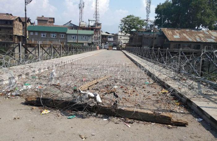 Amid 'normalcy', roads, bridges in Srinagar still barricaded