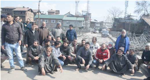 Habba Kadal residents stage protest, demand removal of concertina wire from old bridge