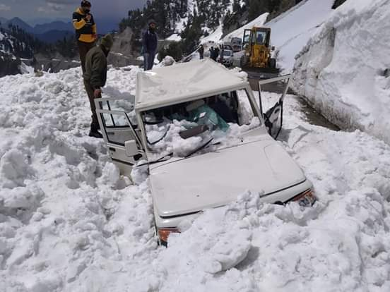 SDM Karnah escapes unhurt after avalanche hits vehicle