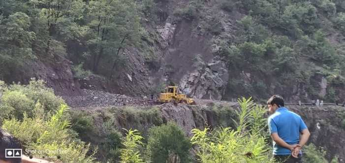 Vehicular traffic restored on Sgr-Muzafarabad road as BRO clears landslide in Uri