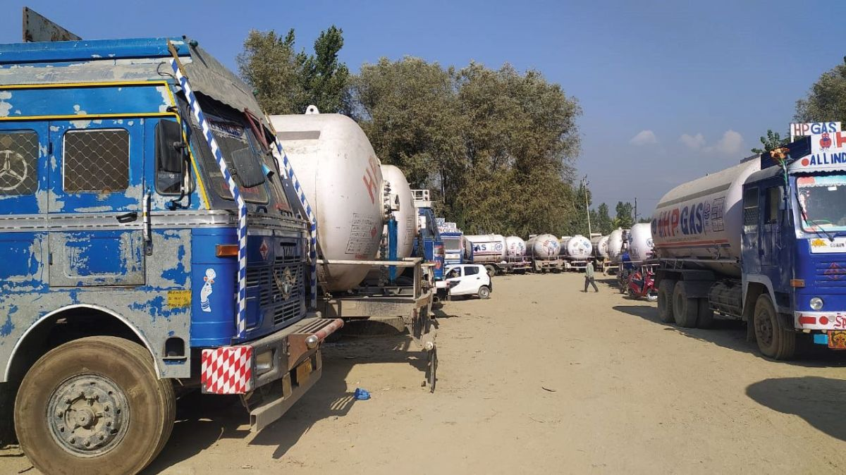 7 drivers held, 6 tankers, load carrier seized near HP gas plant in Pampore – Kashmir Reader