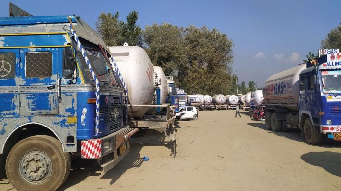 Illegal sale of LPG: 7 drivers held, 6 tankers, load carrier seized near HP gas plant in Pampore