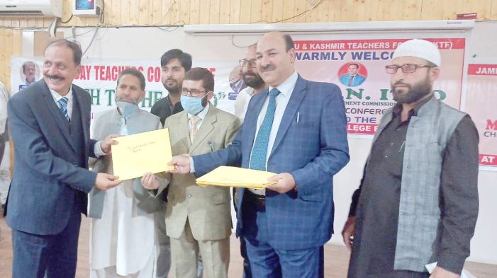 JK teachers forum Baramulla organised one day conference, 18 teachers awarded