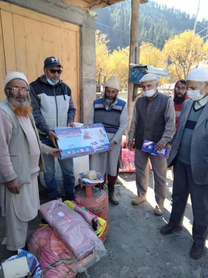 J&K Yateem Foundation distributes relief material among Gurez fire victims