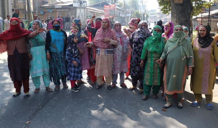 Protest erupt against beating of youths by army soldiers in Srinagar's Rawalpora