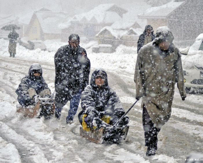 Roads in Anantnag blocked with snow all day