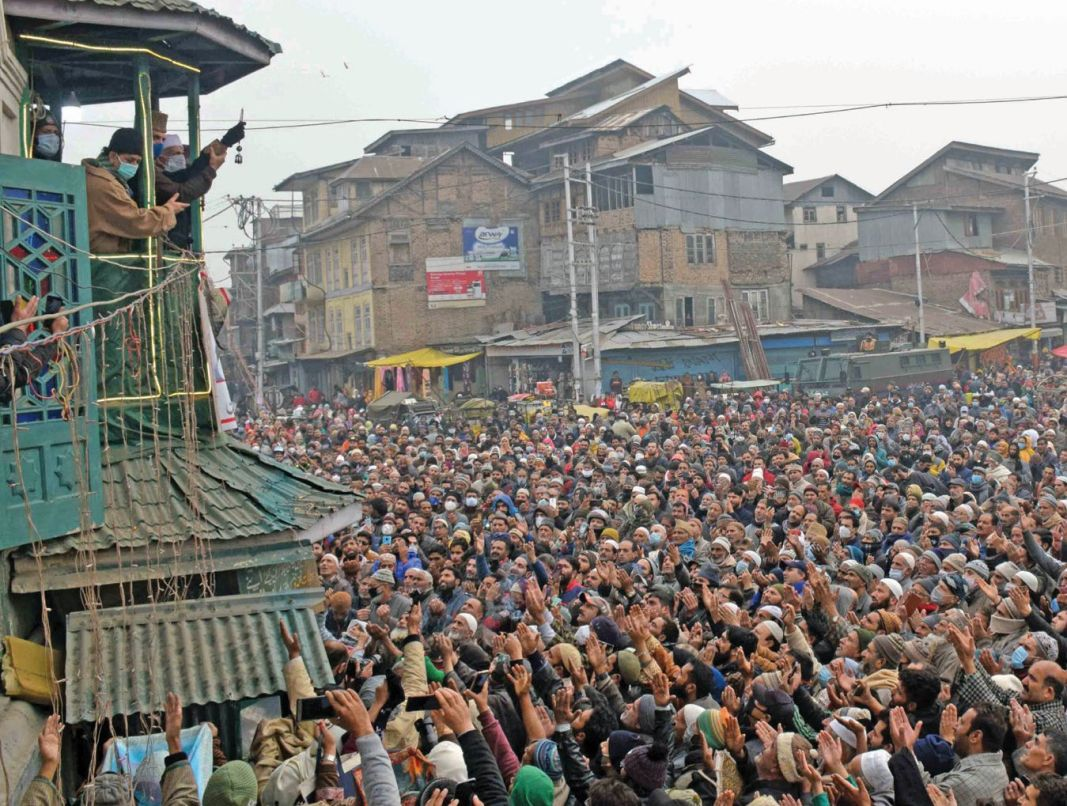 Devotees pray while having a glimpse of holy relic on the following Friday of the annual Urs at Dastageer Sahib Shrine at Khanyar