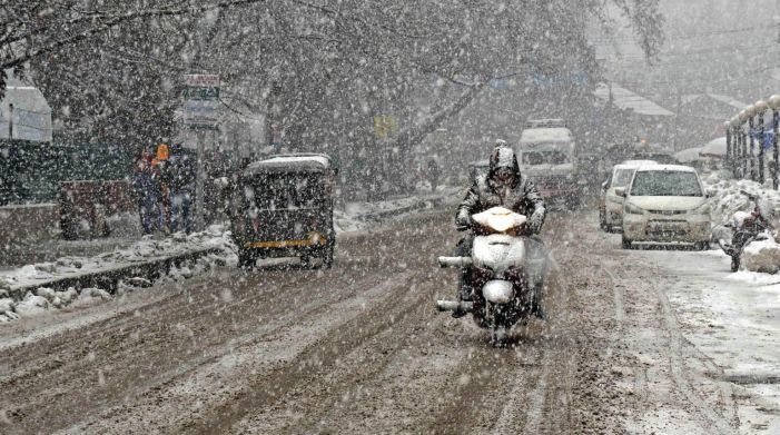 Fresh snowfall in Kashmir brings back cold wave-like conditions