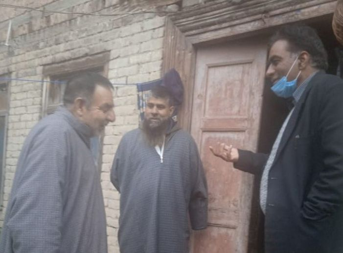 Locals, officials visit pandit families on Herath in Pampore