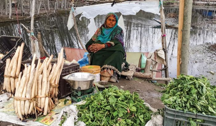 Women's Day: No civic facilities, only hostility for women who sell fish and vegetables along the Dal