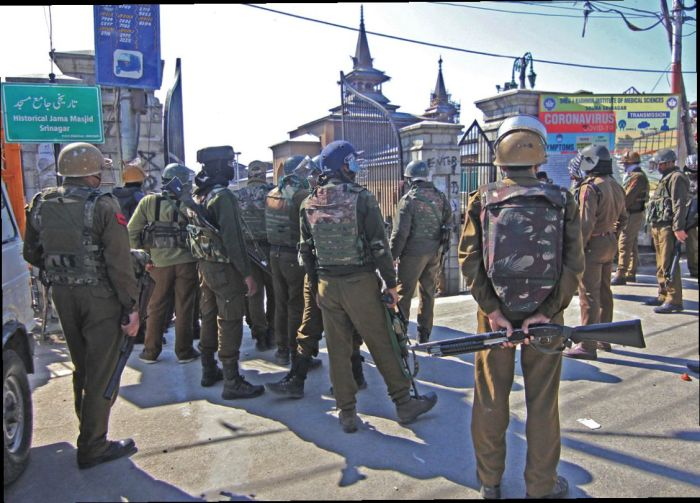 Clashes erupt in Srinagar's Nowhatta