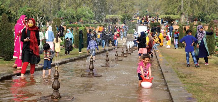 People throng Mughal garden on the banks of Dal Lake without following Covid SoPs