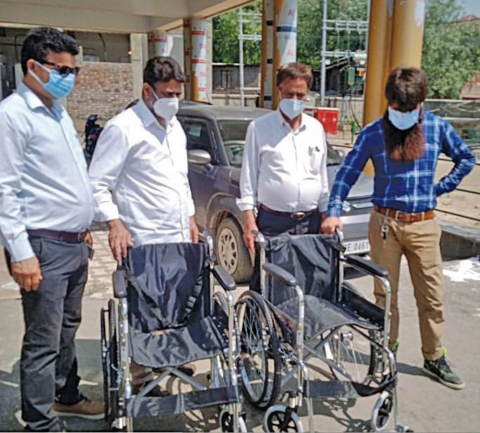 Babus heading Covid hospitals in Anantnag busy with photoshoots