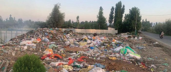 Municipal authority in Pulwama dumps garbage near residential houses