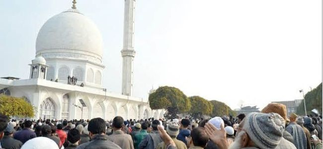 Thousands throng Hazratbal on Eid Millad eve