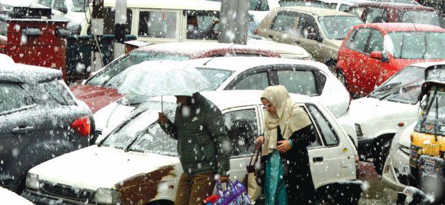 Amid Snowfall, torrential Rains Div Com Conducts city tour